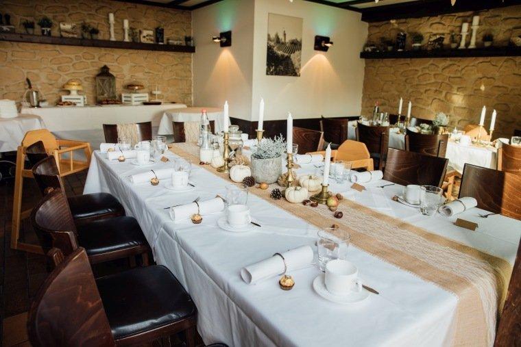 Hochzeitsfotos-Heilbronn-Hochzeitsreportage-036-Herbsthochzeit-Heuchelberger-Warte-Stube-Hochzeitstafel-Tischdeko