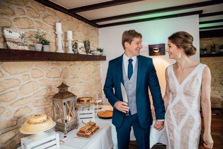 Hochzeitsfotos-Heilbronn-Hochzeitsreportage-042-Herbsthochzeit-Brautpaar-Tortenanschnitt
