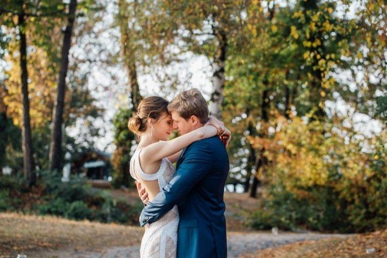 Hochzeitsfotos-Heilbronn-Hochzeitsreportage-052-Herbsthochzeit-Heuchelberger-Warte-Brautpaar-Shooting-Liebe