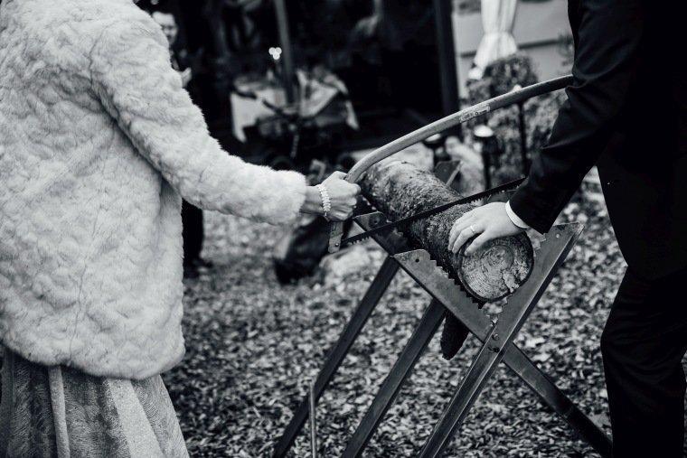 Hochzeitsfotos-Heilbronn-Hochzeitsreportage-058-Herbsthochzeit-Baumstammsaegen