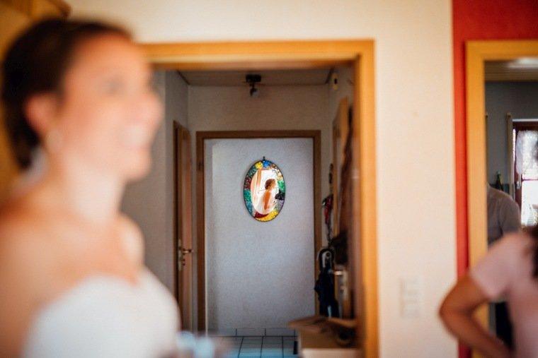 Hochzeitsfotos-Hochzeitsreportage-005-Getting-Ready-Braut-im-Spiegel
