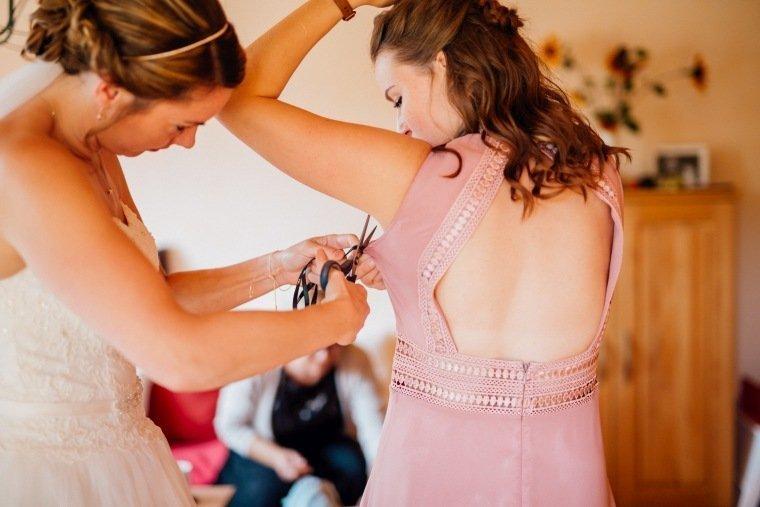 Hochzeitsfotos-Hochzeitsreportage-006-Getting-ready-Braut-Bridesmaid-Brautjungfer