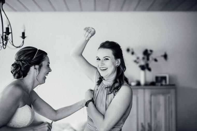 Hochzeitsfotos-Hochzeitsreportage-007-Getting-ready-Braut-Bridesmaid-Brautjungfer