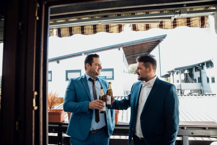 Hochzeitsfotos-Hochzeitsreportage-008-getting-ready-Brauetigam-Bier