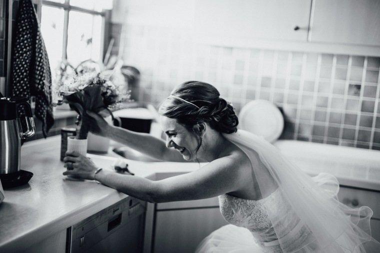 Hochzeitsfotos-Hochzeitsreportage-009-getting-ready-Braut-versteckt-sich