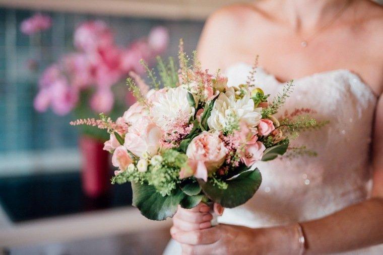 Hochzeitsfotos-Hochzeitsreportage-010-Hochzeitsfloristik-Brautstrauss