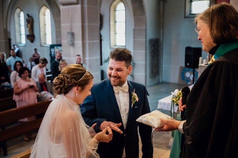 Hochzeitsfotos-Hochzeitsreportage-020-Brautpaar-Ringtausch-Trauung