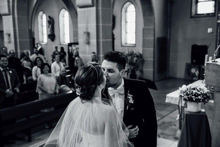 Hochzeitsfotos-Hochzeitsreportage-021-Brautpaar-Trauung-Kuss