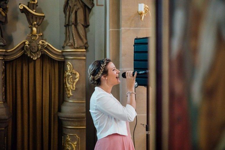 Hochzeitsfotos-Hochzeitsreportage-022-Hochzeitssaengerin-Kirche