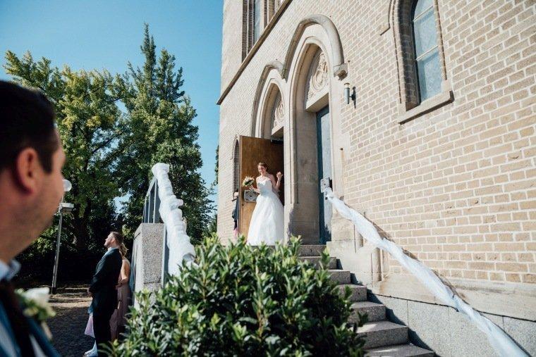 Hochzeitsfotos-Hochzeitsreportage-023-Brautpaar-Auszug