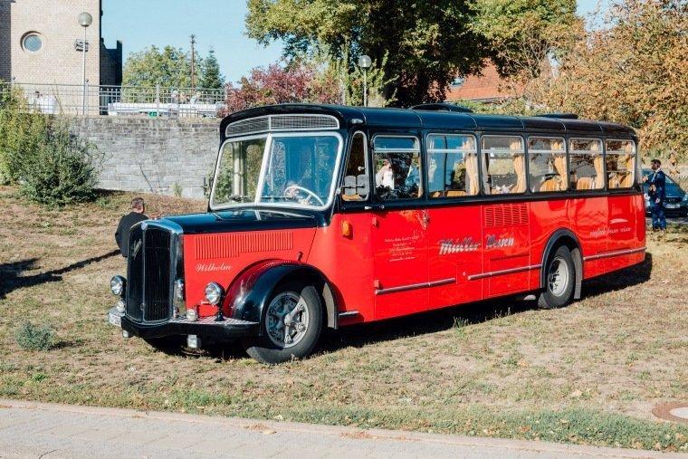 Hochzeitsfotos-Hochzeitsreportage-028-Hochzeit-Retro-Bus