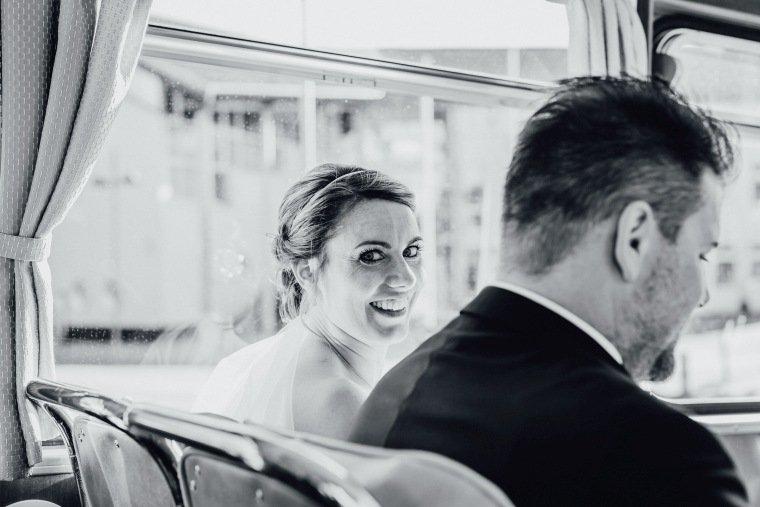 Hochzeitsfotos-Hochzeitsreportage-029-Brautpaar-Retro-Bus