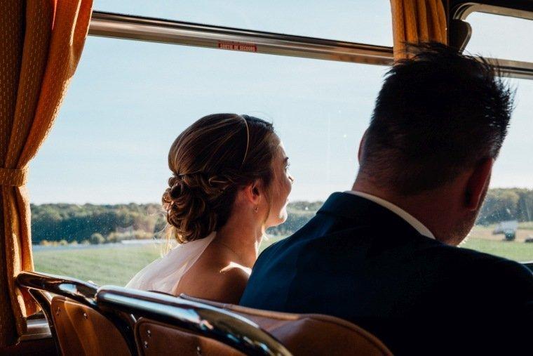 Hochzeitsfotos-Hochzeitsreportage-032-Brautpaar-Retro-Bus