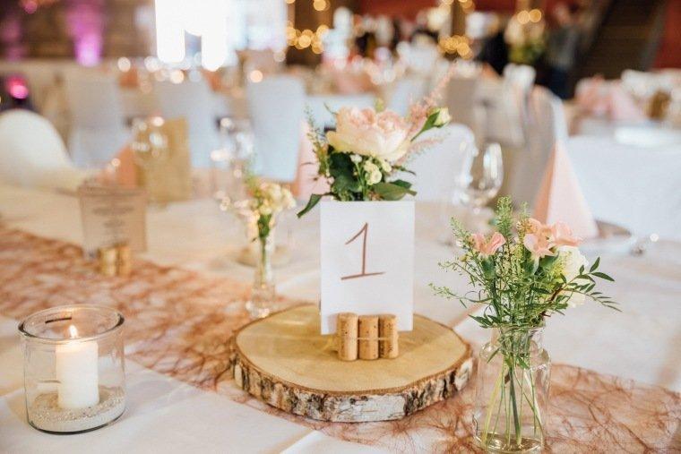 Hochzeitsfotos-Hochzeitsreportage-033-Tischdeko-alte-Kelter-Baumscheibe