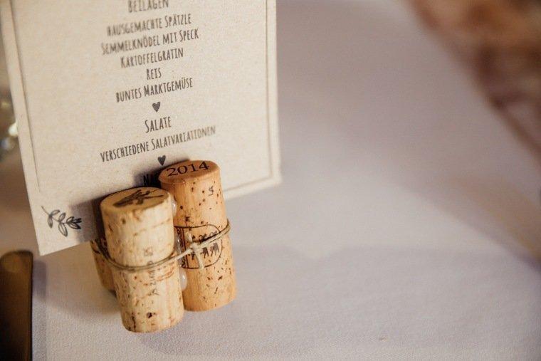 Hochzeitsfotos-Hochzeitsreportage-034-Papeterie-Menuekarte-Kartenhalter-Weinkorken