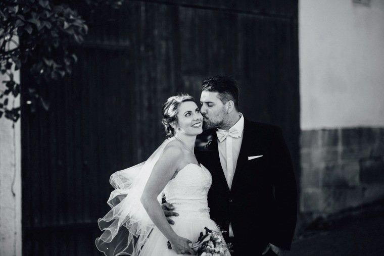 Hochzeitsfotos-Hochzeitsreportage-037-Brautpaar-Kuss-Brautkleid-Schleier