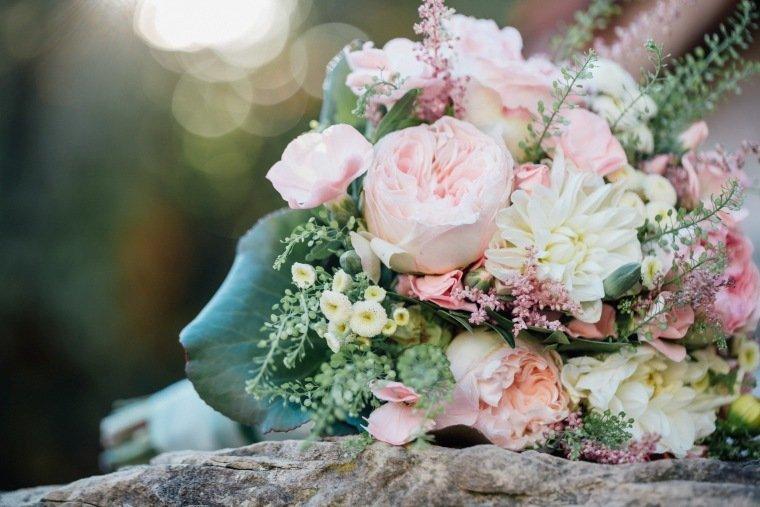 Hochzeitsfotos-Hochzeitsreportage-042-Brautstrauss-Hochzeitsfloristik