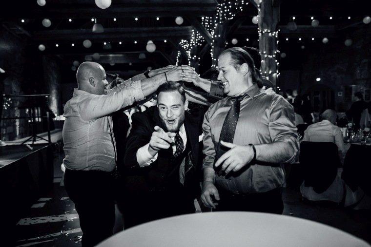 Hochzeitsfotos-Hochzeitsreportage-055-Hochzeit-Party-Polonaise