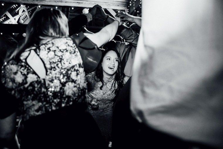 Hochzeitsfotos-Hochzeitsreportage-056-Hochzeit-Party-Polonaise