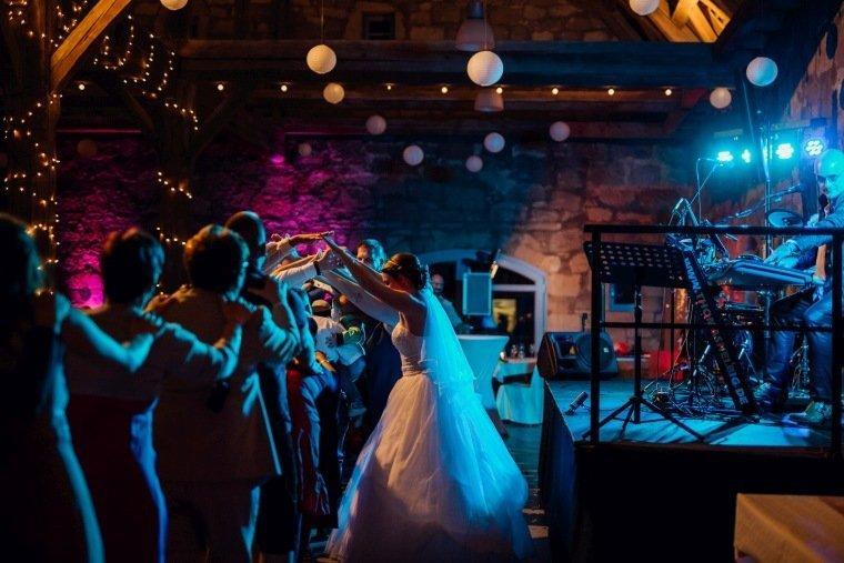 Hochzeitsfotos-Hochzeitsreportage-057-Hochzeit-Party-alte-Kelter-Band
