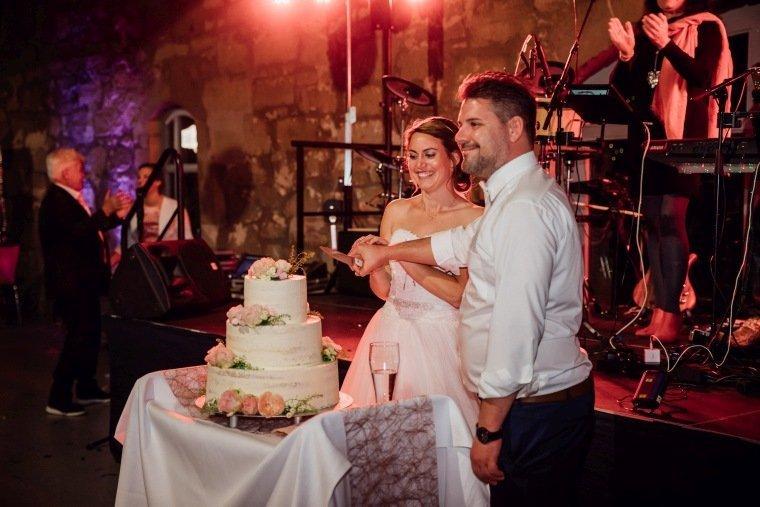 Hochzeitsfotos-Hochzeitsreportage-063-Hochzeitstorte-Tortenanschnitt