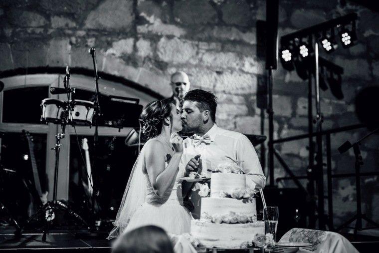 Hochzeitsfotos-Hochzeitsreportage-064-Hochzeitstorte-Tortenanschnitt