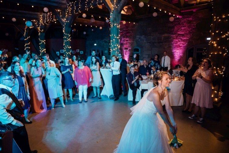 Hochzeitsfotos-Hochzeitsreportage-067-Brautstrausswurf