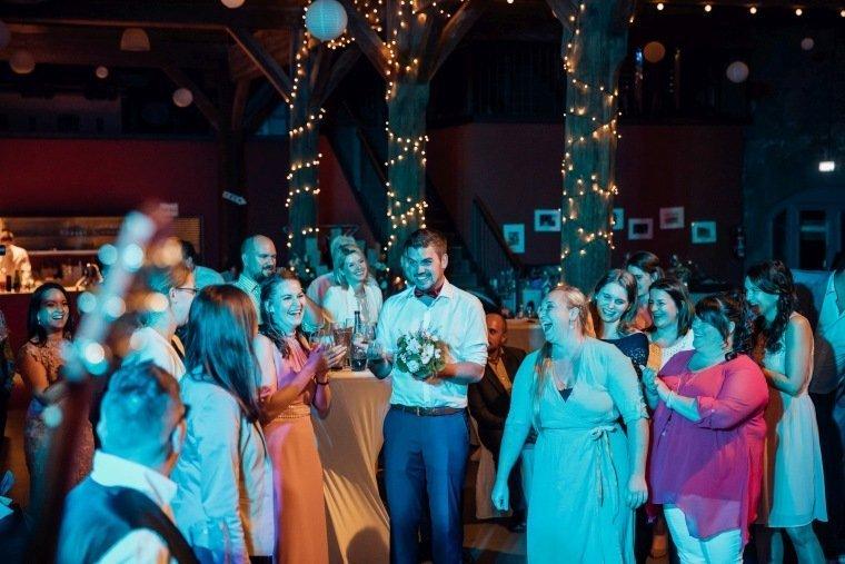 Hochzeitsfotos-Hochzeitsreportage-068-Brautstrausswurf