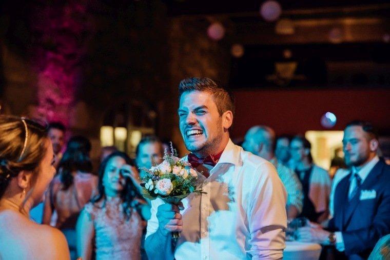 Hochzeitsfotos-Hochzeitsreportage-069-Mann-Brautstrauss-gefangen