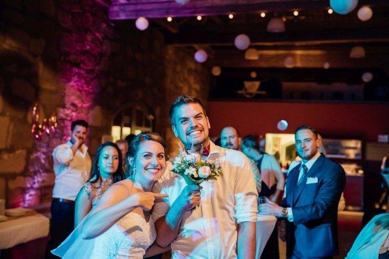 Hochzeitsfotos-Hochzeitsreportage-070-Mann-Brautstrauss-gefangen