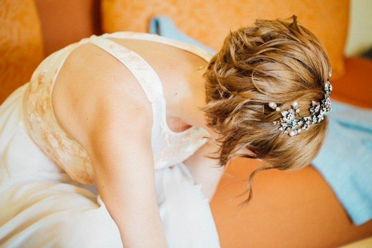 Hochzeitsfotos-Ludwigsburg-Hochzeitsreportage-006-getting-ready-Braut-Frisur