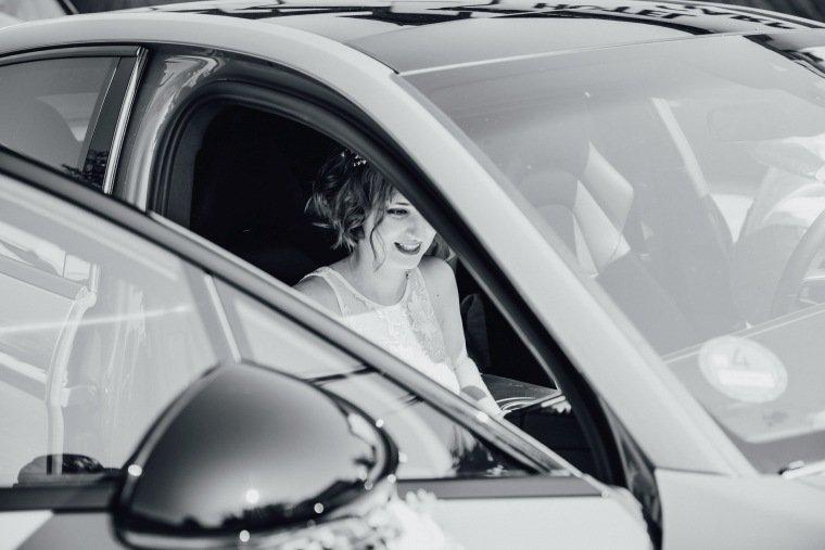 Hochzeitsfotos-Ludwigsburg-Hochzeitsreportage-009-Braut-Auto-Abfahrt
