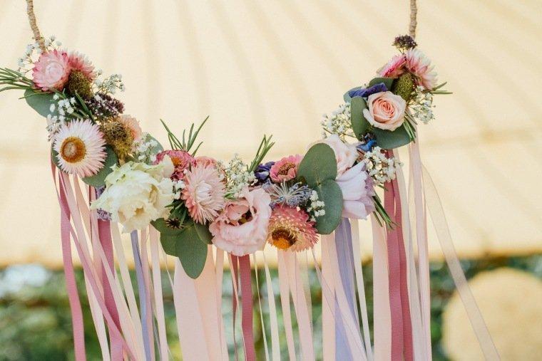 Hochzeitsfotos-Ludwigsburg-Hochzeitsreportage-021-Hochzeitsdeko-Floristik-Blumenreifen-Deko-freie-Trauung