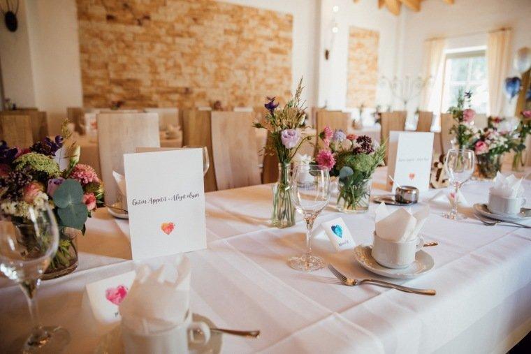 Hochzeitsfotos-Ludwigsburg-Hochzeitsreportage-022-Hochzeitsdeko-Tischdeko-Hochzeitstafel-Papeterie-Villa-Forsthof