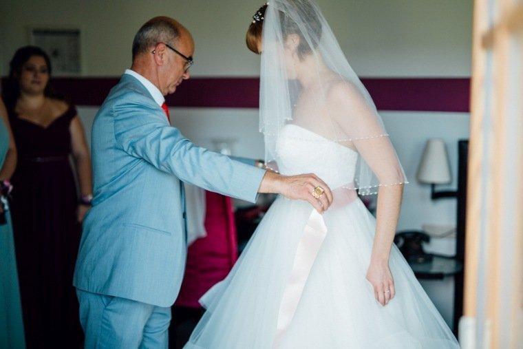 Hochzeitsfotos-Ludwigsburg-Hochzeitsreportage-023-Hochzeitskleid-Getting-Ready-Brautvater-Braut