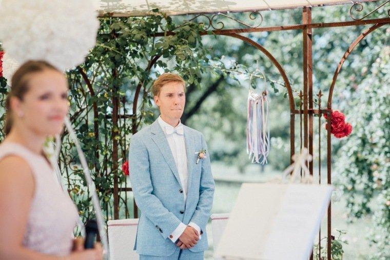 Hochzeitsfotos-Ludwigsburg-Hochzeitsreportage-025-freie-Trauung-villa-Forsthof-Bauetigam