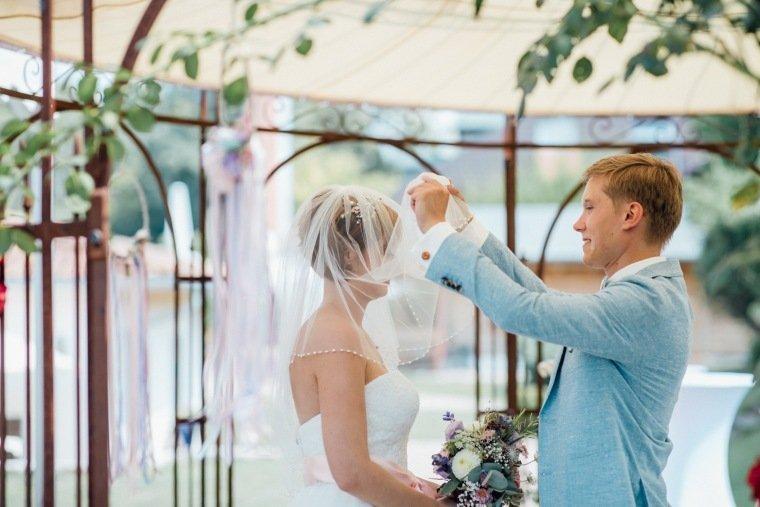 Hochzeitsfotos-Ludwigsburg-Hochzeitsreportage-026-Freie-Trauung-Villa-Forsthof-Brautpaar-Schleier