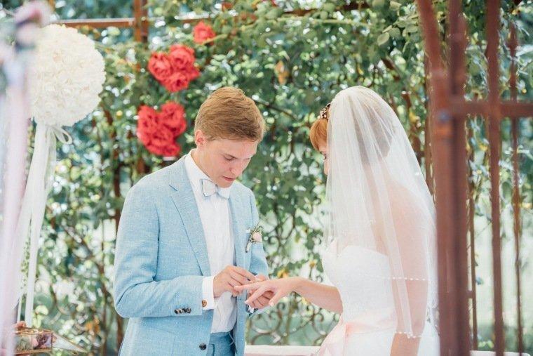 Hochzeitsfotos-Ludwigsburg-Hochzeitsreportage-027-Freie-Trauung-Villa-Forsthof-Brautpaar-Ringtausch