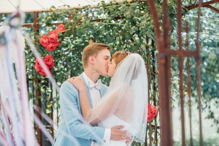 Hochzeitsfotos-Ludwigsburg-Hochzeitsreportage-028-Freie-Trauung-Villa-Forsthof-Brautpaar-kuss