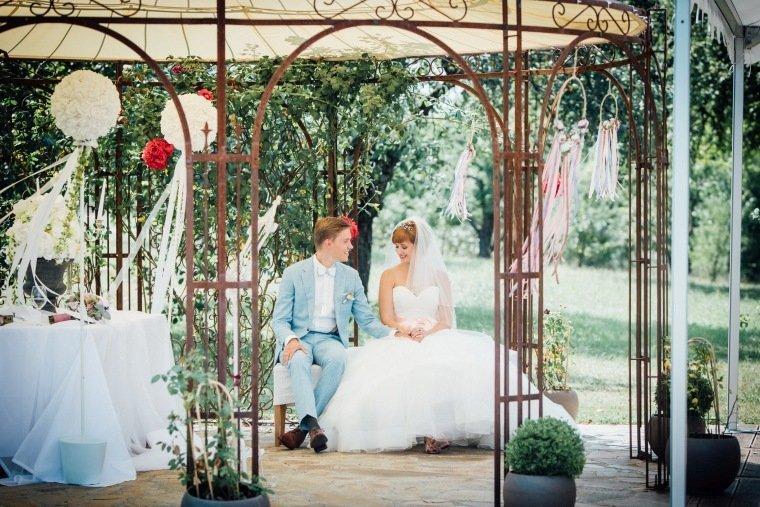 Hochzeitsfotos-Ludwigsburg-Hochzeitsreportage-029-Freie-Trauung-Villa-Forsthof-Brautpaar-Pavillon