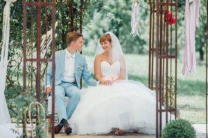Hochzeitsfotos-Ludwigsburg-Hochzeitsreportage-030-Freie-Trauung-Villa-Forsthof-Brautpaar-Blumenpavillon