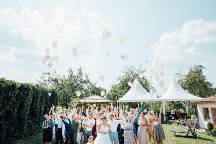 Hochzeitsfotos-Ludwigsburg-Hochzeitsreportage-032-Freie-Trauung-Villa-Forsthof-Brautpaar-Gruppenfoto-Luftballons