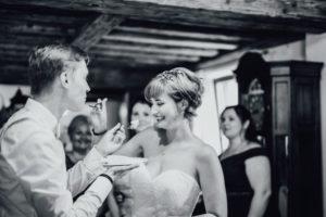 Hochzeitsfotos-Ludwigsburg-Hochzeitsreportage-034-Tortenanschnitt-Trauung-Villa-Forsthof-Brautpaar