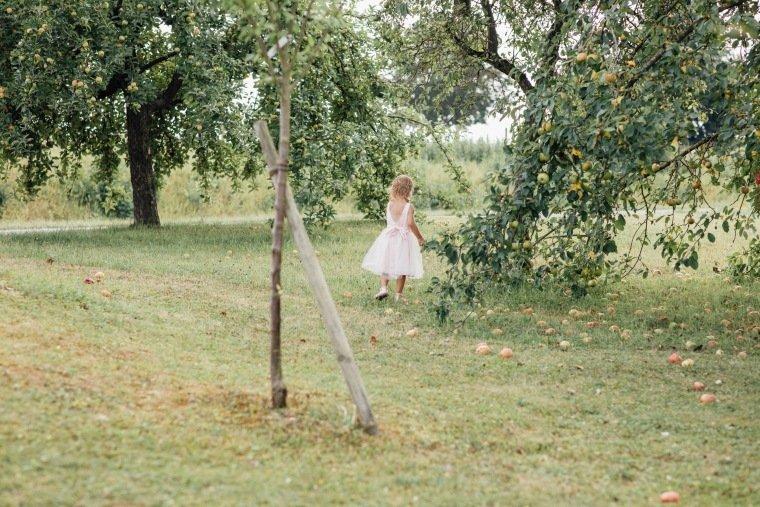 Hochzeitsfotos-Ludwigsburg-Hochzeitsreportage-038-Apfelwiese-Villa-Forsthof