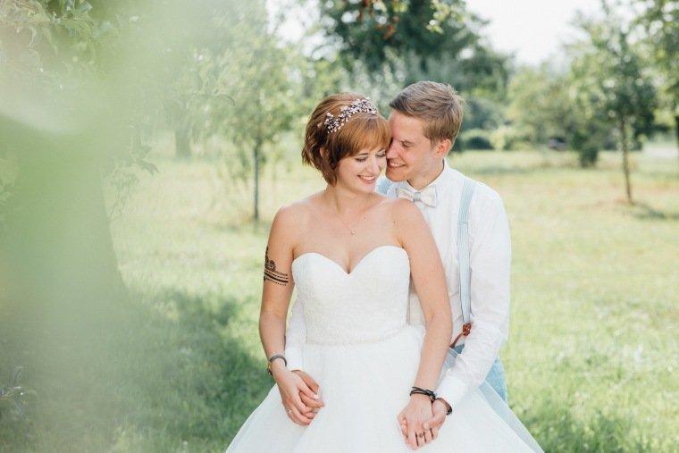 Hochzeitsfotos-Ludwigsburg-Hochzeitsreportage-045-Freie-Trauung-Villa-Forsthof-Brautpaar-Wiese