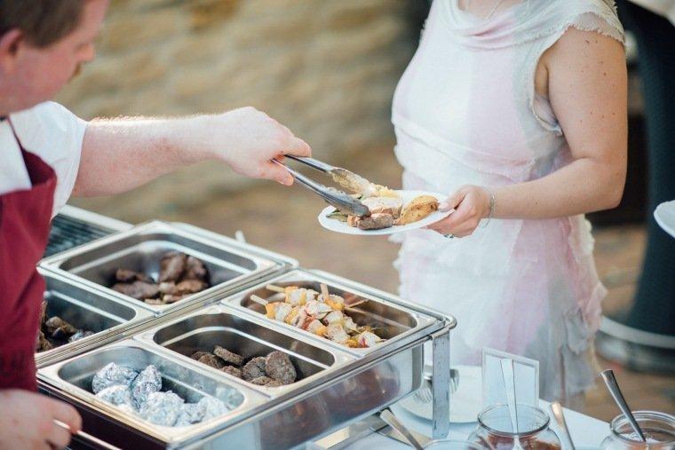 Hochzeitsfotos-Ludwigsburg-Hochzeitsreportage-052-Hochzeitsessen-Villa-Forsthof-Buffet