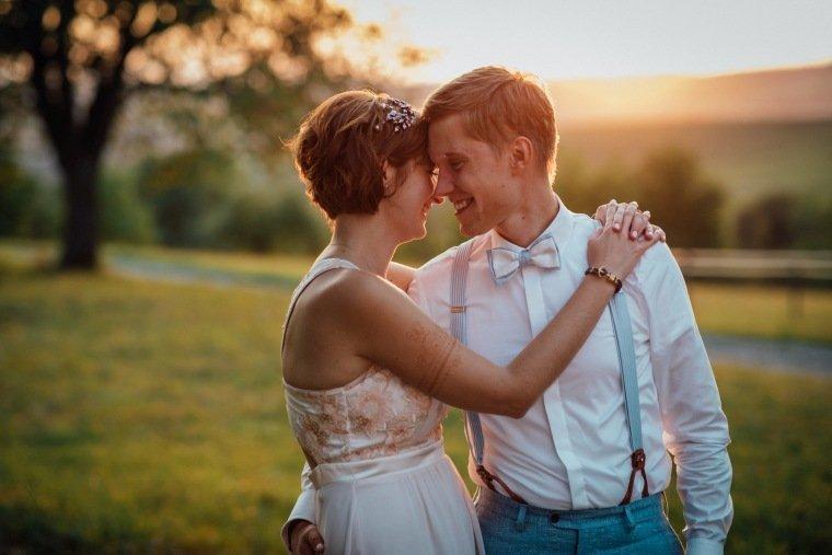 Hochzeitsfotos-Ludwigsburg-Hochzeitsreportage-054-Freie-Trauung-Villa-Forsthof-Brautpaar-Abendsonne-Paarshooting