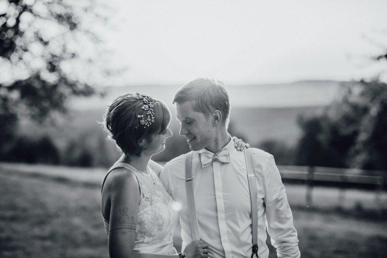 Hochzeitsfotos-Ludwigsburg-Hochzeitsreportage-056-Villa-Forsthof-Brautpaar-Abendsonne-Paarshooting
