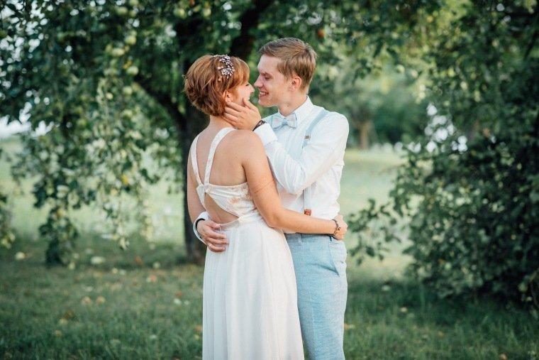 Hochzeitsfotos-Ludwigsburg-Hochzeitsreportage-058-Villa-Forsthof-Brautpaar-Apfelwiese-Paarshooting
