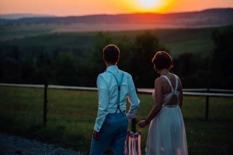 Hochzeitsfotos-Ludwigsburg-Hochzeitsreportage-059-Villa-Forsthof-Brautpaar-Abendsonne-Paarshooting